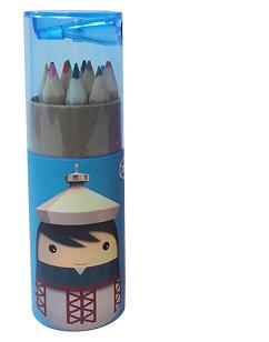 材料規格:牛皮紙、木、塑膠 尺寸:筒11.5cm×3.5cm(±1cm) (彩色鉛筆共12色、蓋內含削鉛筆器)