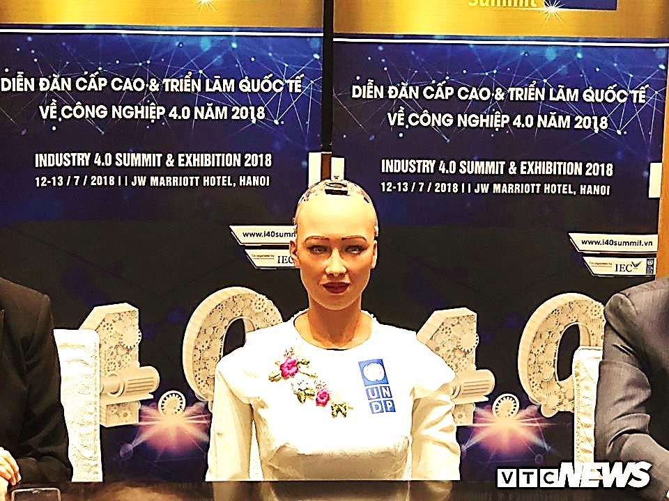 Cận cảnh nhan sắc xinh đẹp, làn da trắng sứ của robot Sophia tại Việt Nam
