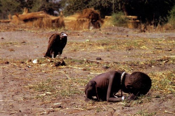 'El buitre' la controvertida imagen de Kevin Carter, quién se suicidó tres meses después de ganar el premio Pulitzer de fotografía en 1994, según dicen, por el revuelo que provocó su trabajo, aunque la realidad es que no fue por la fotografía.