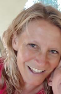 Afbeelding met persoon, vrouw, glimlachen, poseren  Automatisch gegenereerde beschrijving