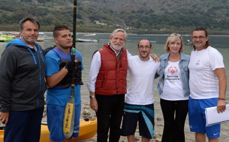 Η εικόνα ίσως περιέχει: 6 άτομα, , τα οποία χαμογελούν, άτομα στέκονται, ουρανός, υπαίθριες δραστηριότητες, νερό και φύση