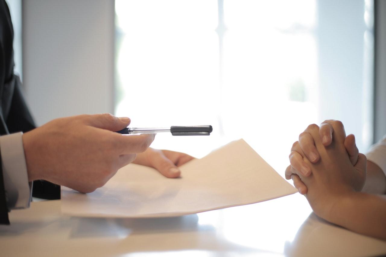 A entrevista de emprego é a etapa em que o entrevistador faz perguntas ao candidato para entender melhor quem ele é e suas experiências.