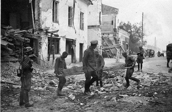 Військовополонені червоноармійці розчищають вулиці зруйнованого Луцька
