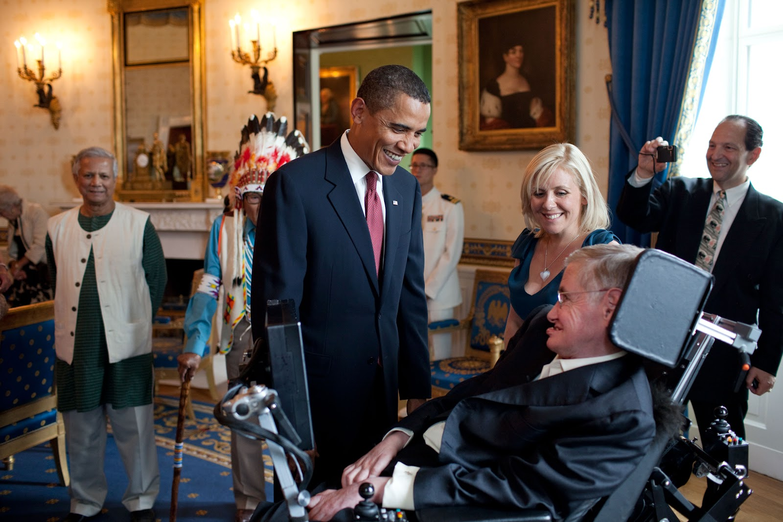 Barack_Obama_speaks_to_Stephen_Hawking.jpg