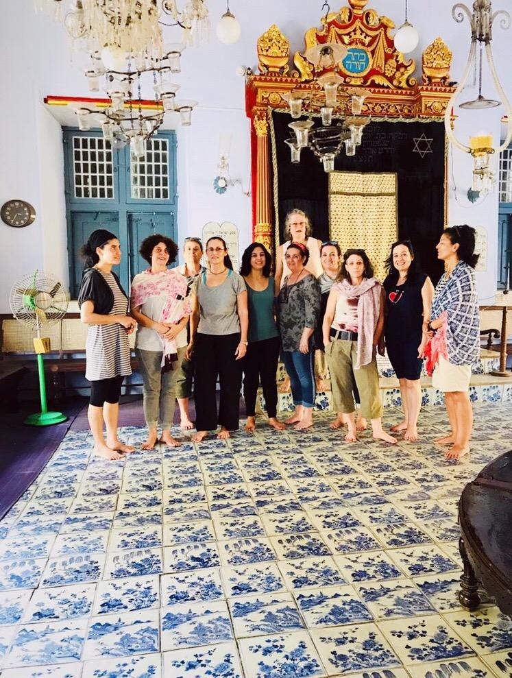 מסע נשים יוניק בוטיק לדרום הודו. בבית הכנסת בקוצ'ין