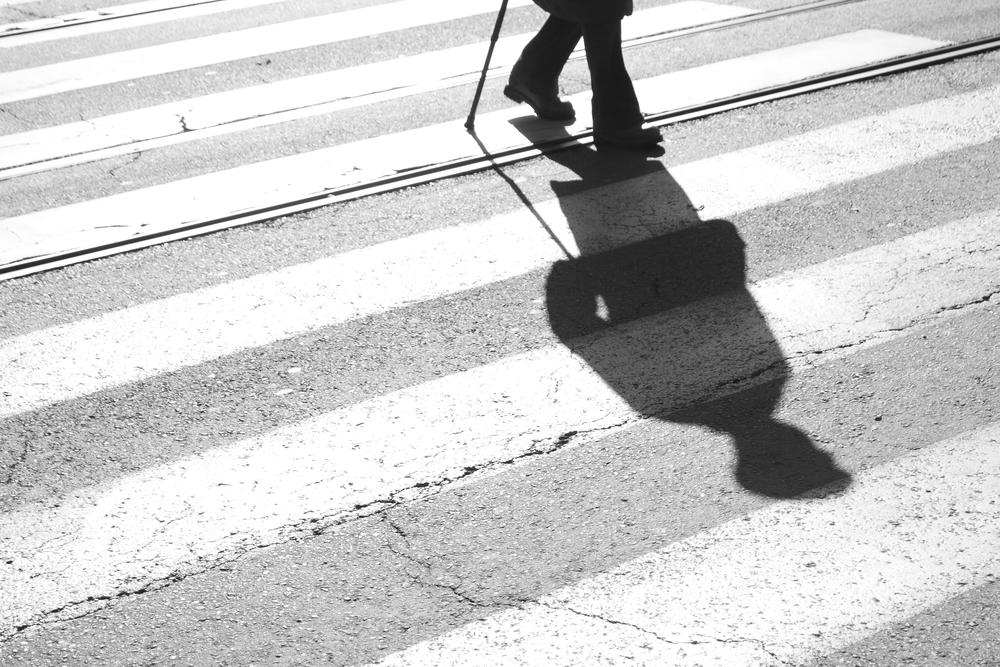 O envelhecimento da população exige que as cidades pensem em políticas inclusivas para pessoas idosas. (Fonte: Shutterstock/Alex Linch/reprodução)