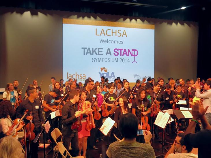 """Músicos de la Orquesta Juvenil de Los Ángeles (YOLA) y de la OSSBV, junto a representantes de El Sistema en el mundo, compartieron atriles en el cierre del simposio titulado """"Toma un atril"""", que tuvo lugar en Los Ángeles del 20 al 22 de febrero"""