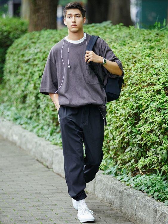 Phối áo thun nâu với quần Jogger đen