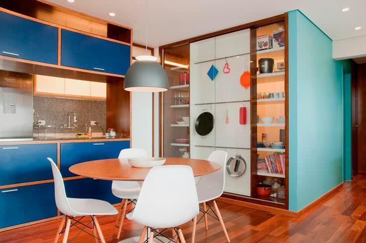 Uma imagem contendo chão, interior, parede, mesa  Descrição gerada automaticamente