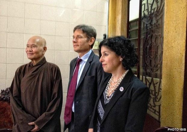 Từ trái Đức Tăng Thống Thích Quảng Độ, Thứ trưởng Ngoại giao Hoa Kỳ Tom Malinowski và Bà Tổng Lãnh sự Hoa Kỳ, Rena Bittern tại Thanh Minh Thiền Viện ngày 5 tháng 8, 2015