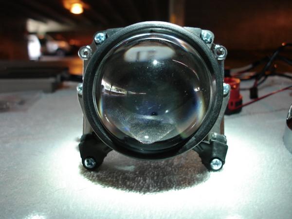 รถที่ใช้ไฟแบบ Projector จะมีเลนส์กลมๆ ใหญ่ๆ ภายในโคม