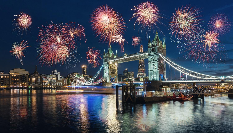 Fuegos artificiales en el Big Ben en Londres