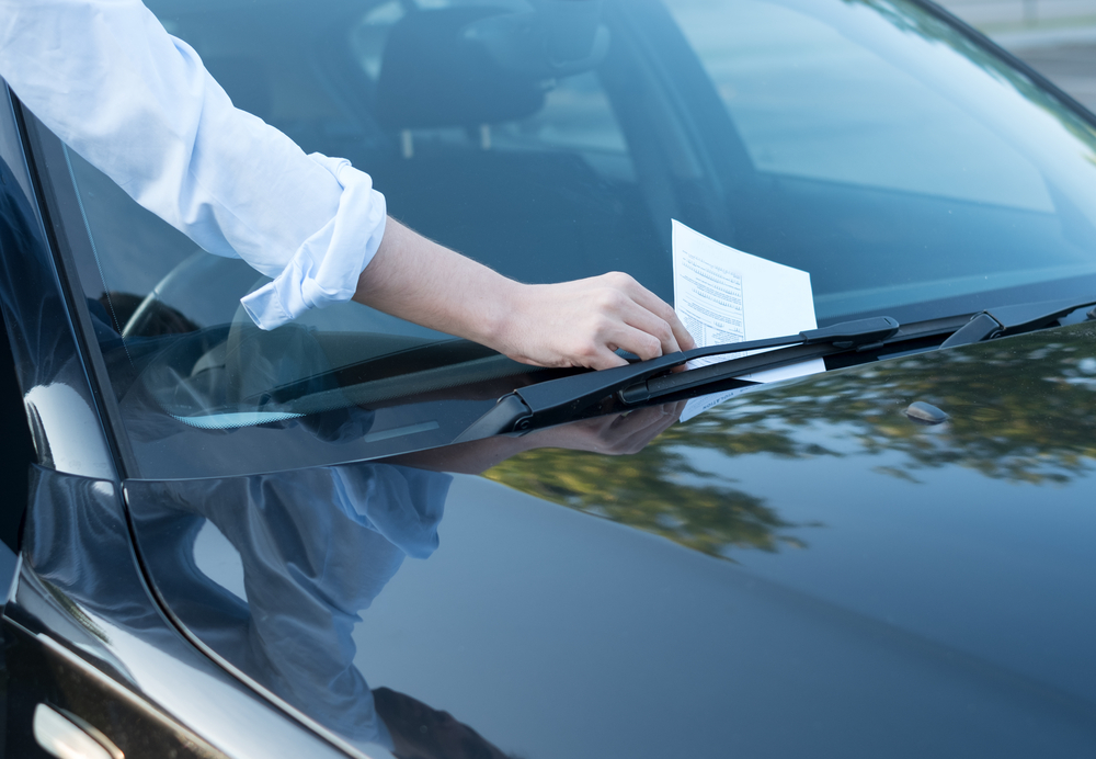 Nem sempre os motoristas tomam conhecimento das multas no momento da autuação. (Fonte: Shutterstock/tommaso79/Reprodução)