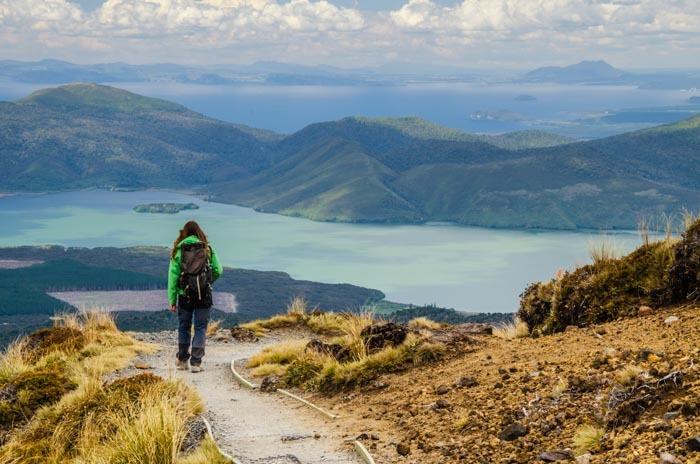 Finální část treku Tongariro Crossing a výhled na jezera.