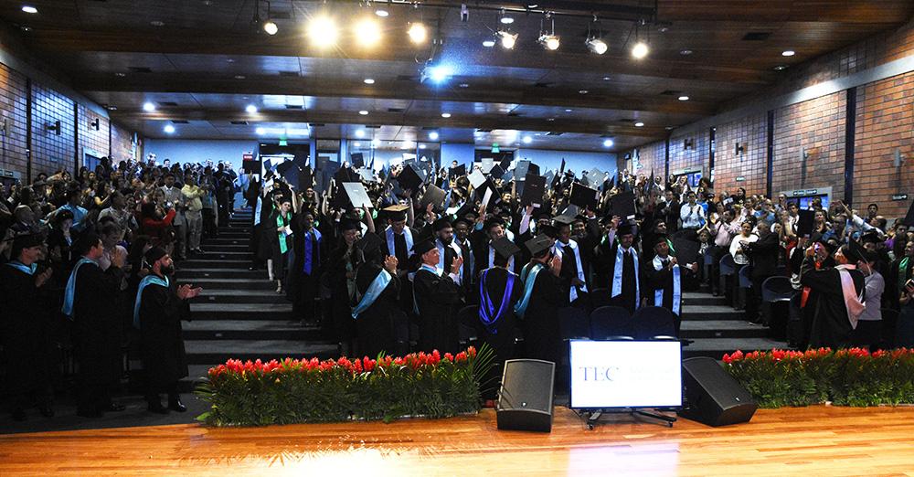 Como es tradicional, los graduados levantaron sus títulos en júbilo al final del acto. Foto: Ruth Garita / OCM.