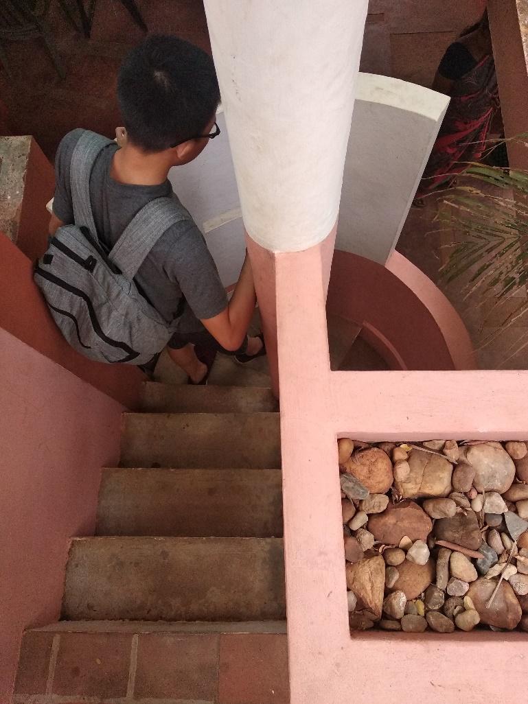 """Tangga unik yang terkesan seperti tangga misionaris kurvilinier hanya bisa dinaiki dan dituruni satu orang untuk memasuki """"entrance"""" salah satu single-based villa"""