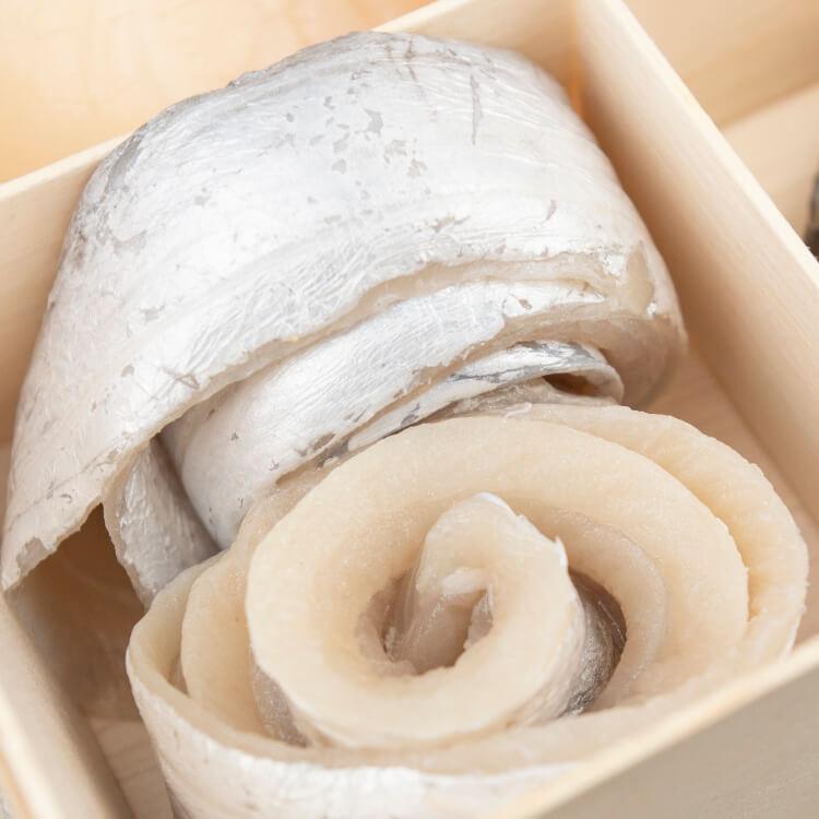 【去刺白帶魚花卷 × 2 卷 / 每盒】魚肉粉嫩鮮甜的白帶魚,一直是許多老饕三不五時想吃的美味。我們的白帶魚花是將自新鮮白帶魚去刺後,捲成魚花狀,要料理的時候可以整卷也可以先將魚卷拉直。附帶一提,大家知道嗎現在台灣抓的白帶魚越來越少了嗎?造成產量減少,一是因為白帶魚洄游到台灣前很多都已經被中國捕撈走了,二是因中國的行情價格更好,許多漁民都會選擇銷售到對岸去。