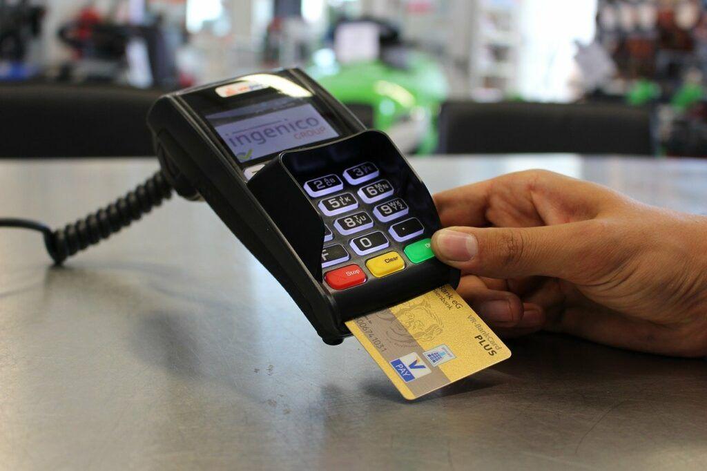 Cartão De Crédito Amarelo Dentro Um Maquininha De Cartão.