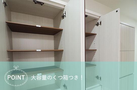 シャワー室があるバスルーム  中程度の精度で自動的に生成された説明