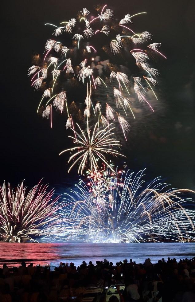 水中花火と打ち上げ花火が空と海を鮮やかに染める
