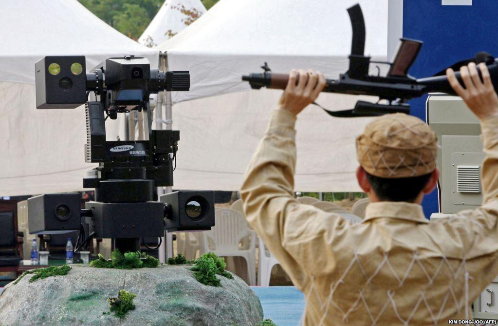 В 2014 году дочерняя компания концерна Samsung – больше известного своими смартфонами, чем роботами-убийцами, – произвела целую серию механизмов с дистанционным управлением, которые южнокорейские военные установили на границе между Южной и Северной Кореями.