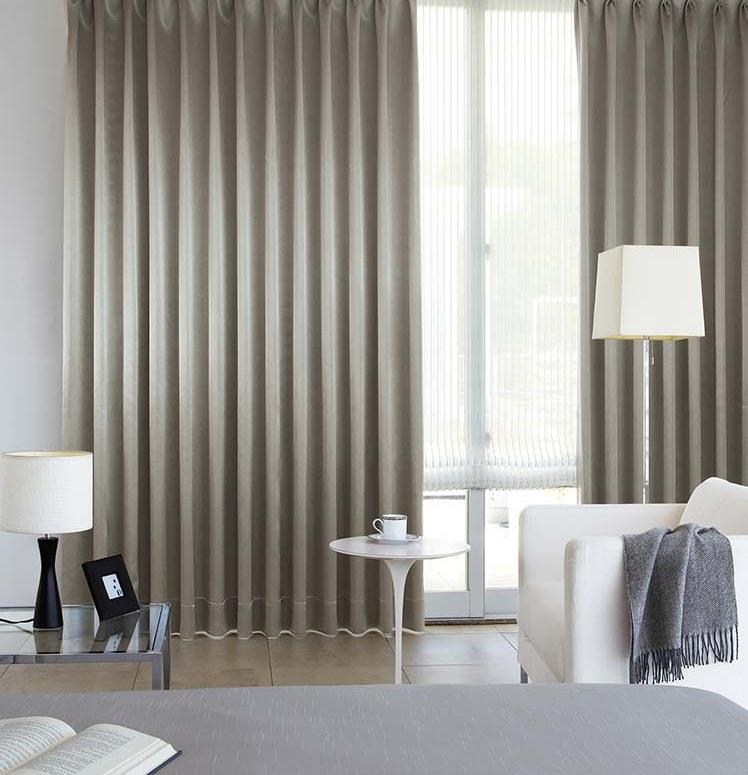 Bạn nên chọn rèm cửa phù hợp với kiến trúc và màu sắc của không gian phòng ngủ