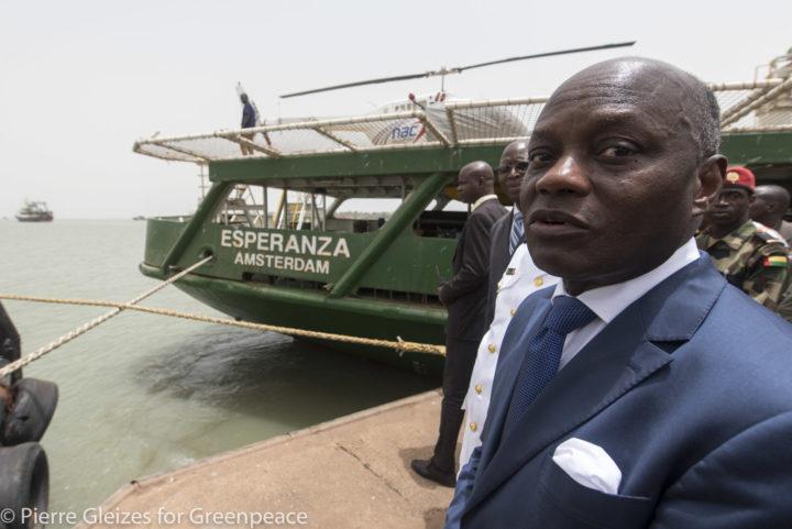 Le président de la Guinée-Bissau, José Mario Vaz, rend visite au bateau de  Greenpeace après l'arrestation de navires de pêche illégaux