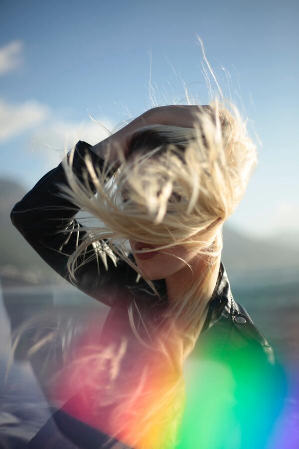Mulher com cabelo aos ventos