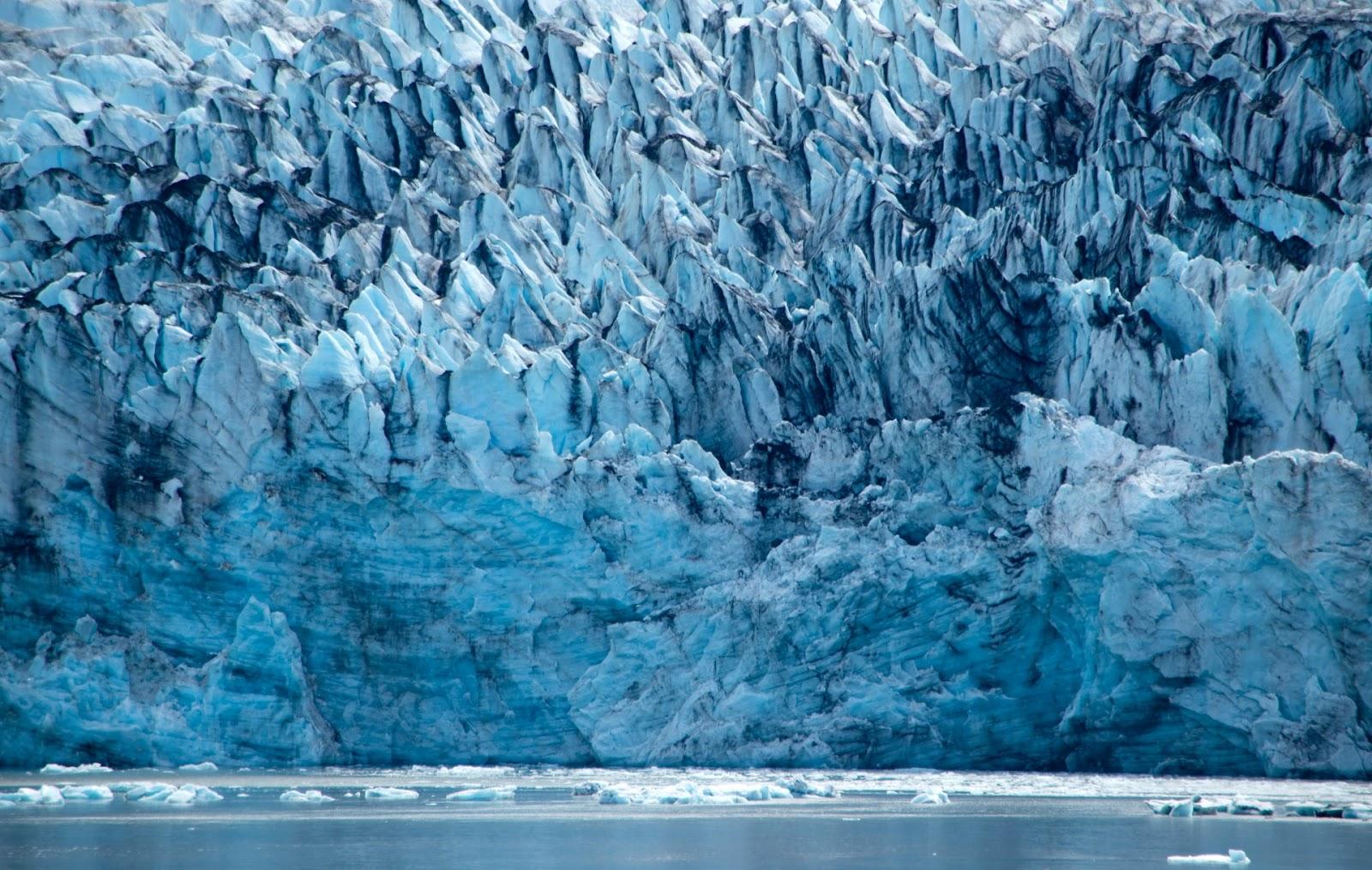 Segundo diversos cientistas, o aquecimento global tem provocado o derretimento das geleiras que, além de aumentar os níveis dos oceanos, pode provocar a extinção de diversas espécies de animais. (Unsplash/Reprodução)