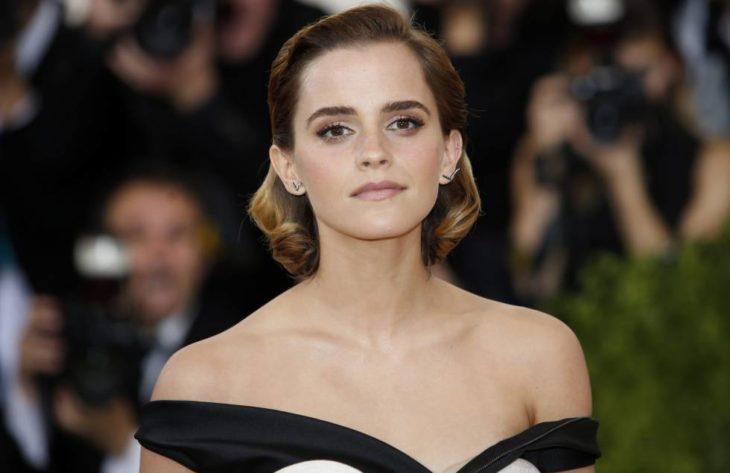 Emma Watson con cabello corto y dorado usando vestido escotado