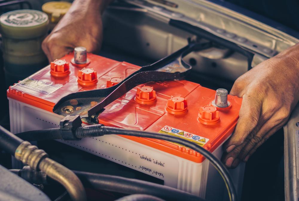 Baterias automotivas comuns em carros a combustão são feitas de chumbo e ácido sulfúrico, materiais químicos pesados. (Fonte: Shutterstock/13_Phunkod/Reprodução)