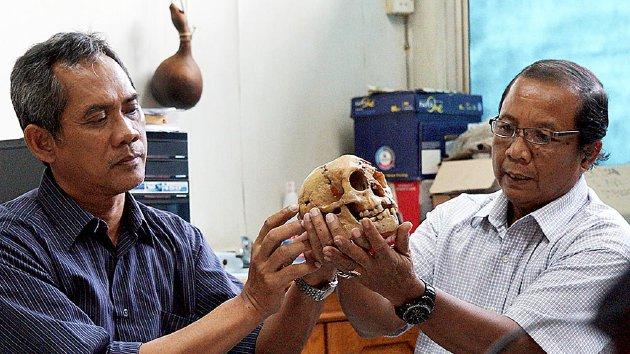 Arkeolog Pusat Penelitian Arkeologi Nasional, E Wahyu Saptomo (kiri) dan Jatmiko (kanan), mengamati replika tengkorak Homo floresiensis atau manusia kerdil hobbit, beberapa waktu lalu di kantor Pusat Penelitian Arkeologi Nasional, Jakarta.