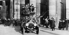 Ein Lastauto, mit revolutionären Matrosen und Soldaten besetzt, fährt durch das Brandenburger Tor.