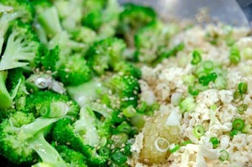 Salad đậu phụ và súp lơ xanh