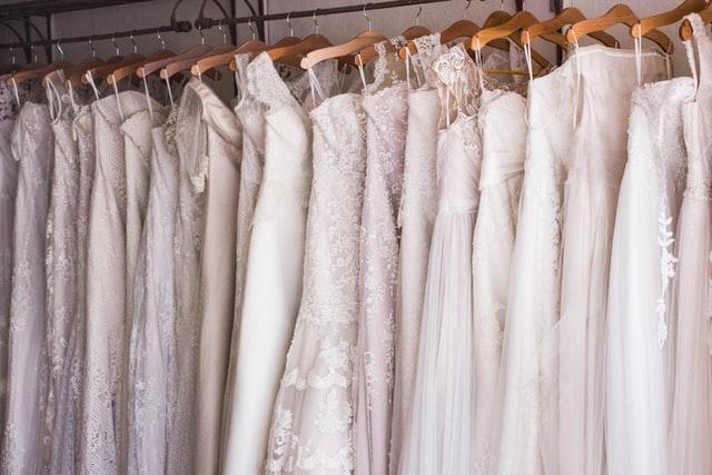 Repassage d'une robe de mariée
