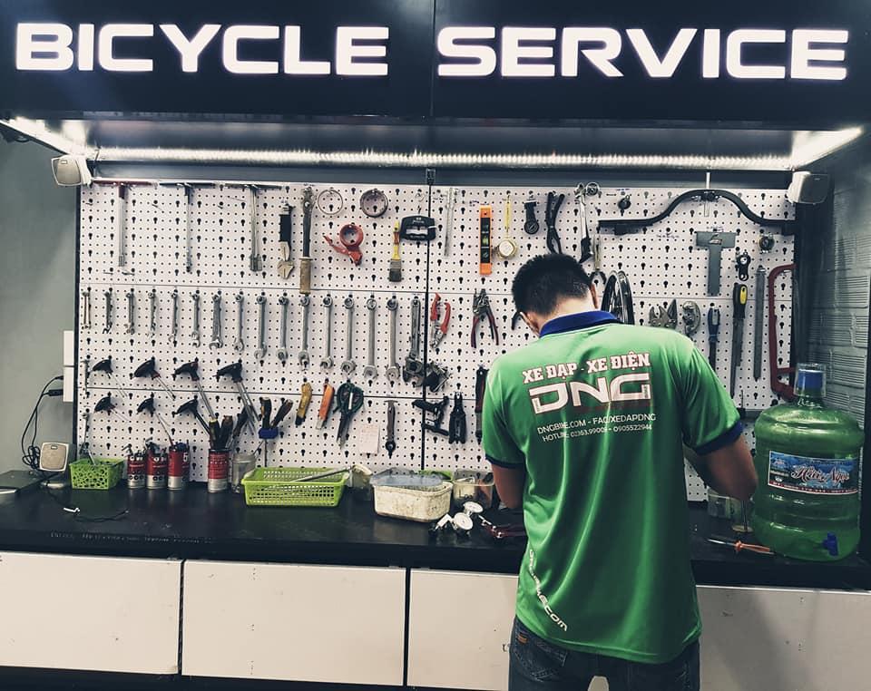 Nhân viên kỹ thuật xe đạp thể thao