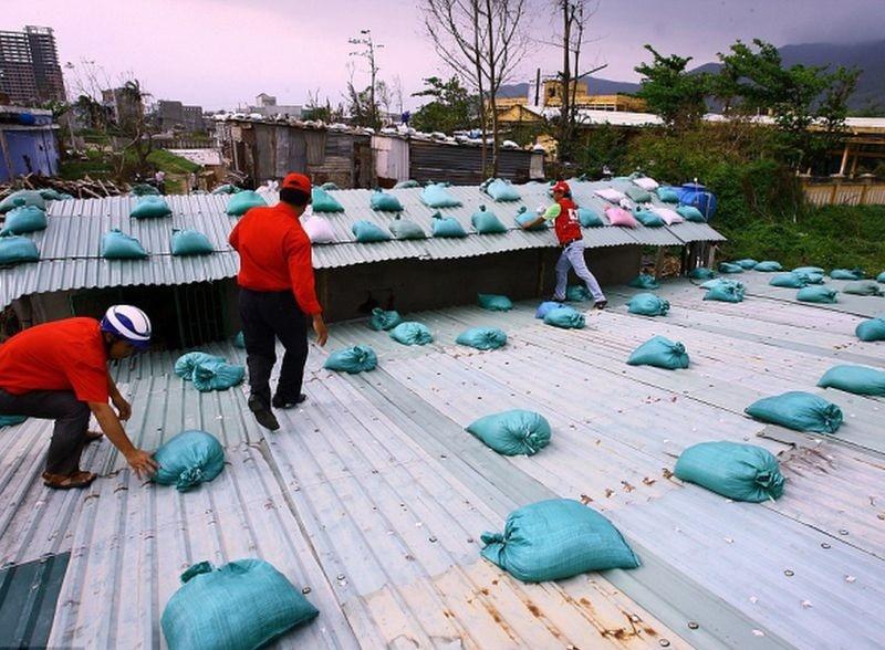 Sử dụng bao cát để gia cố lại mái nhà