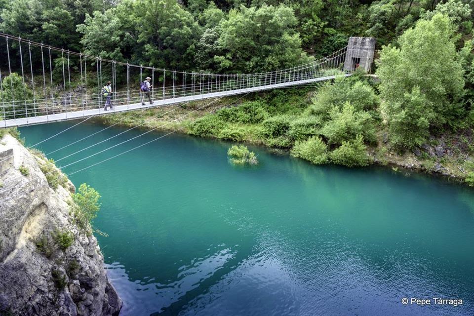 La imagen puede contener: cielo, árbol, puente, exterior, naturaleza y agua