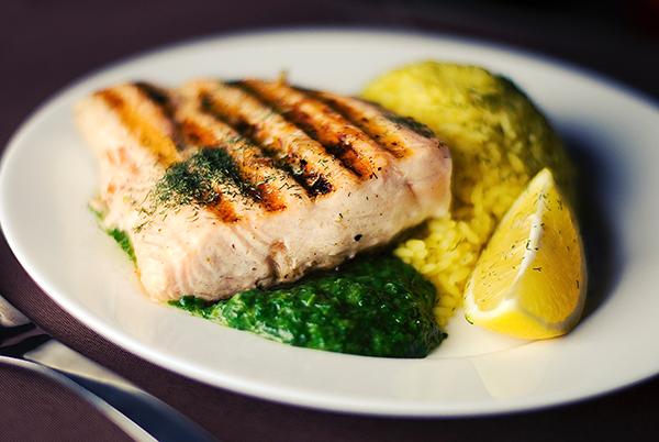 Một miếng cá hồi áp chảo sẽ cung cấp rất nhiều chất béo và lượng đạm mà cơ thể cần