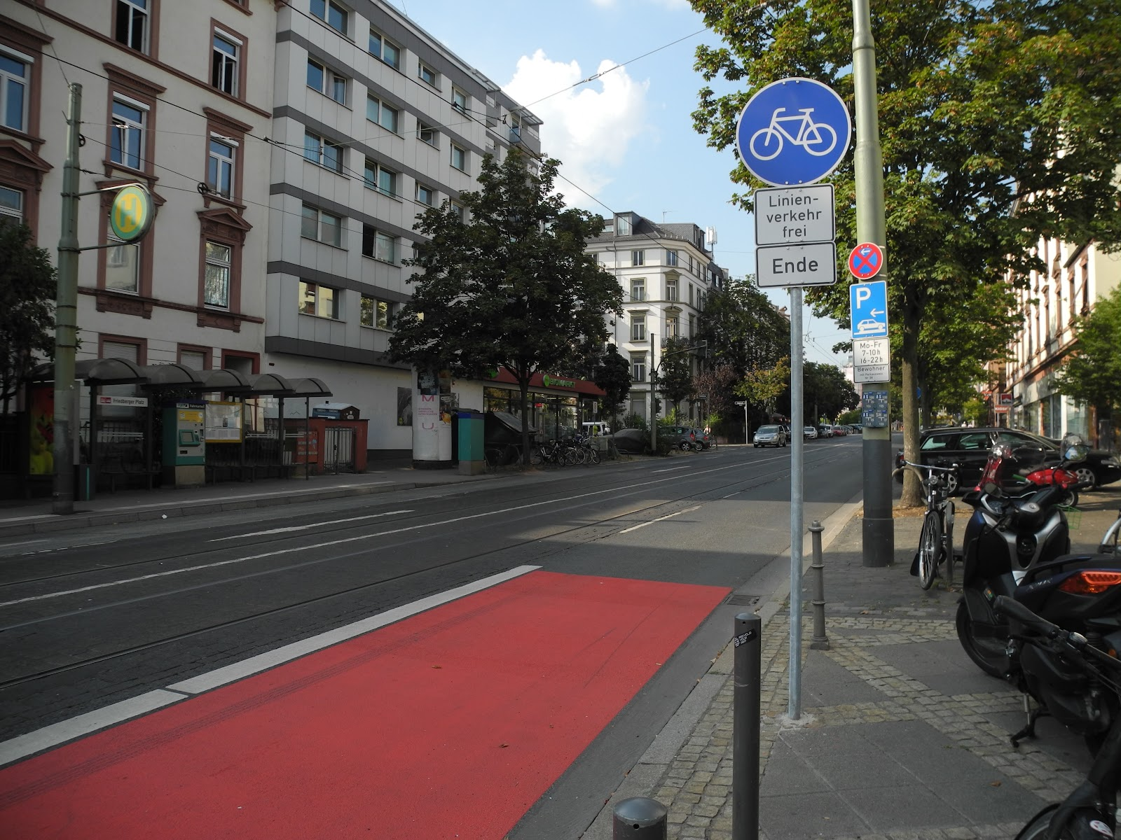 Ende der Radspur auf der Friedberger Landstraße in Richtung Norden, am Friedberger Platz. Das Ende ist abrupt und ist gefährlich für Radfahrende.
