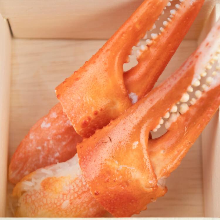 【松葉蟹鉗 × 2 隻】高貴的松葉蟹是日本三大名蟹之一,而一隻蟹只有兩隻螯大家應該知道吧?!細嫩且絲理分明的蟹肉吃起來會有像是豆腐絲般的口感。因其口感獨特,所以坊間漿製的松葉蟹肉棒、蟹肉條都是以松葉蟹的肉質口感去作為仿照指標,當然、與真正的松葉蟹肉還是差之千里啦。