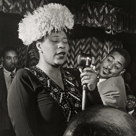 Foto en blanco y negro de un grupo de personas en un evento  Descripción generada automáticamente con confianza media