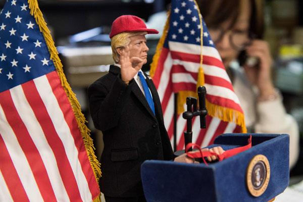 Hình Trump 12 inch (30,5 cm) đi kèm với một màu đỏ