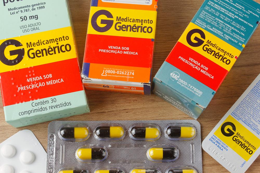 Os genéricos são versões de remédios que costumam custar mais barato do que o de referência. (Fonte: Shutterstock)
