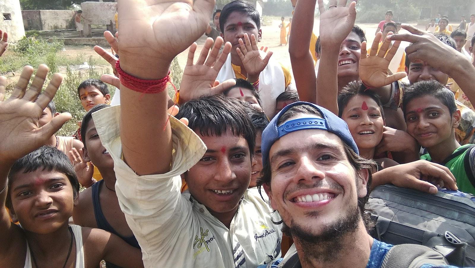 Visitando colegios en India para compartir positivismo