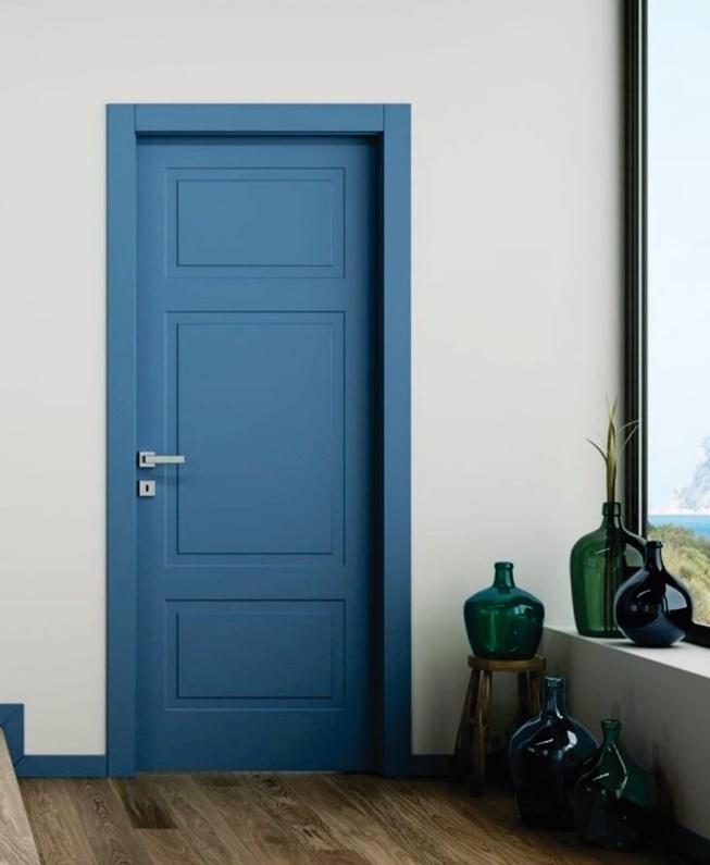 Hall de entrada com porta azul. piso de madeira e vasos de vidros decorativos