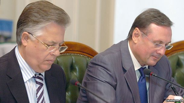 Народні депутати, комуніст Петро Симоненко (ліворуч) і регіонал Олександр Єфремов, на засіданні Верховної Ради України (архівне фото)