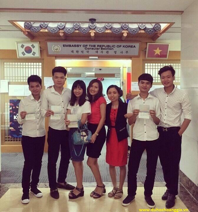 Các bạn học sinh nhận Visa tại Đại sứ Quán Hàn Quốc