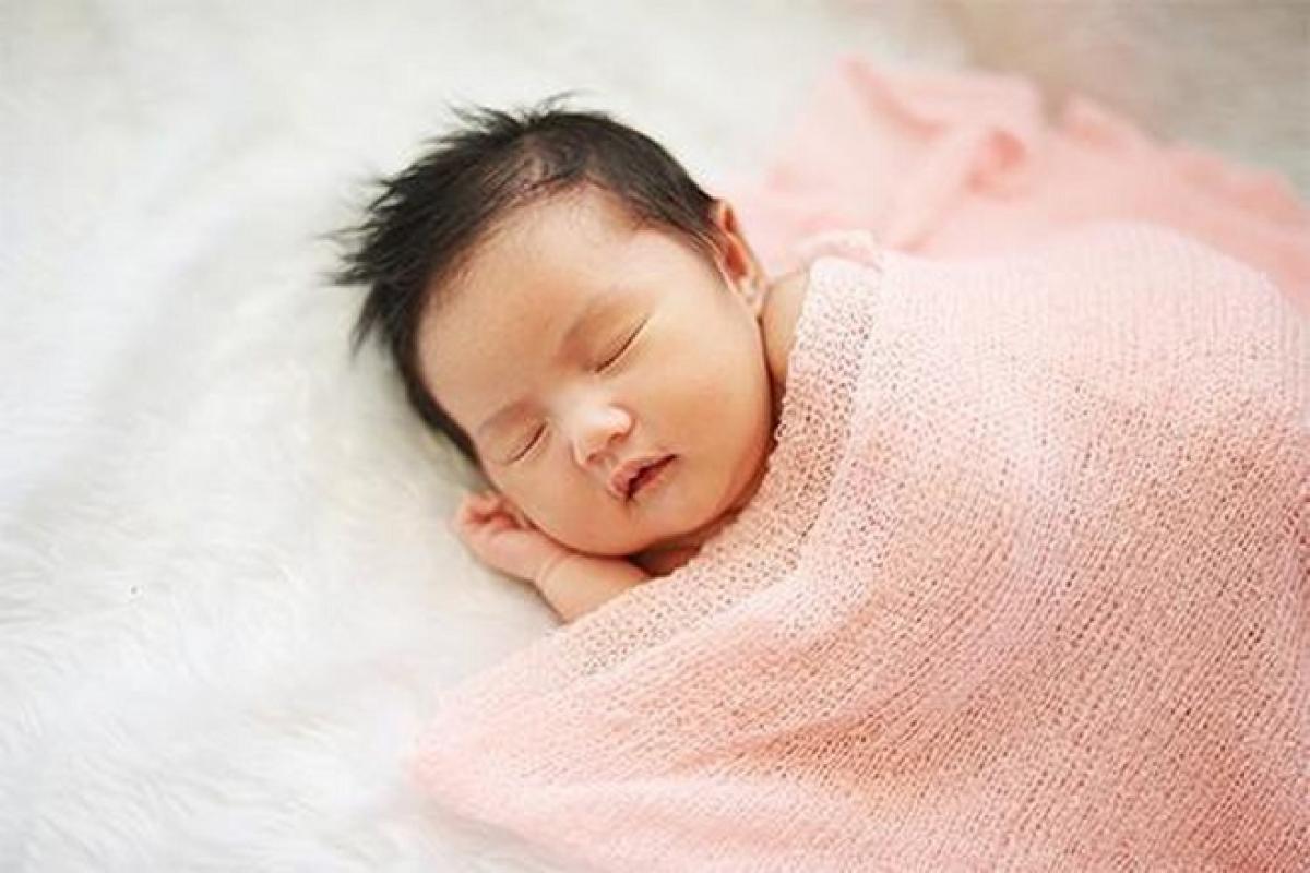 Cách dỗ trẻ sơ sinh ngủ hiệu quả bằng cách vuốt ve bé