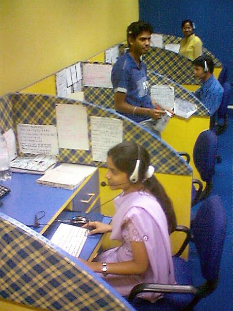 印度的跨國英文電話客服中心(摄 ...